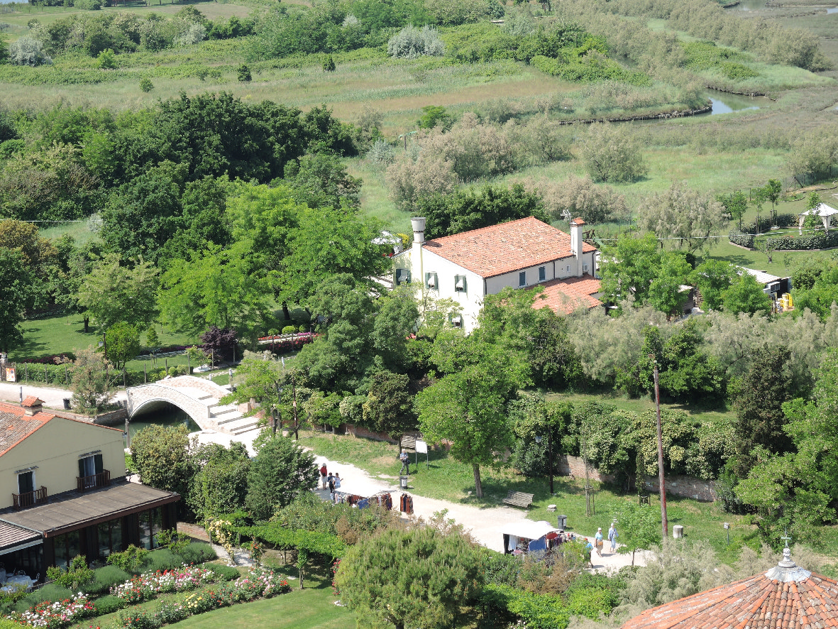A home amidst green fields in Torcello